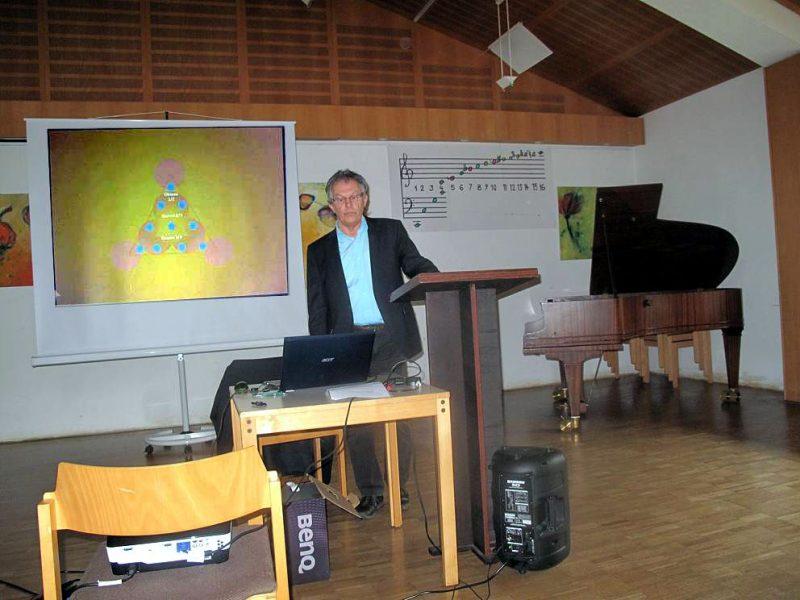 Willibald Limbrunner bei seinem Vortrag Harmonik im Mikrokosmos 2016